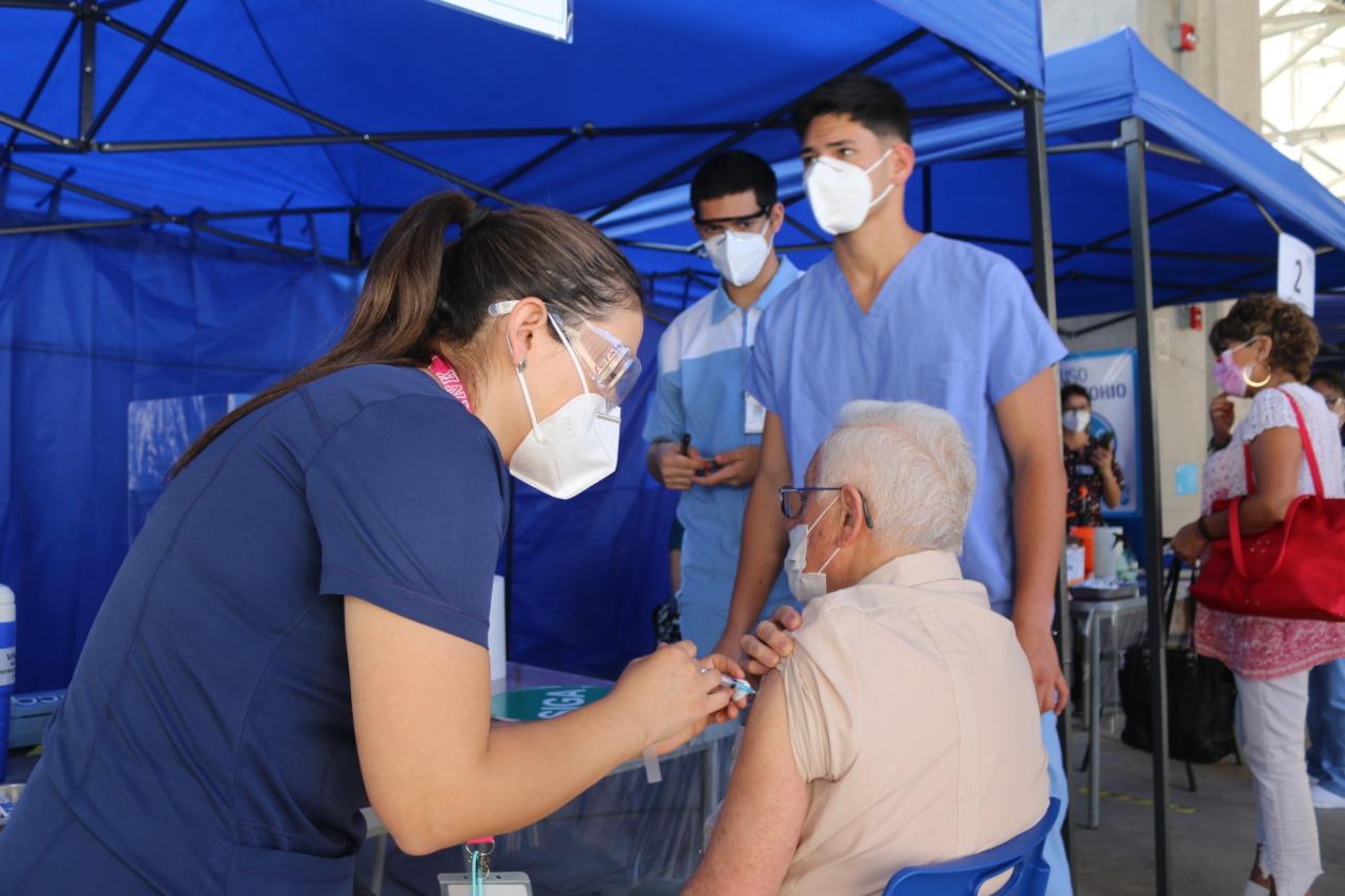 Dirección de Desarrollo Comunitario de IMI traslada y acompaña a personas mayores para ser vacunadas contra el Covid-19