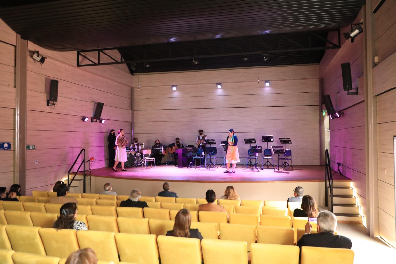 Cormudesi inaugura moderno teatro público en Escuela Artística Violeta Parra
