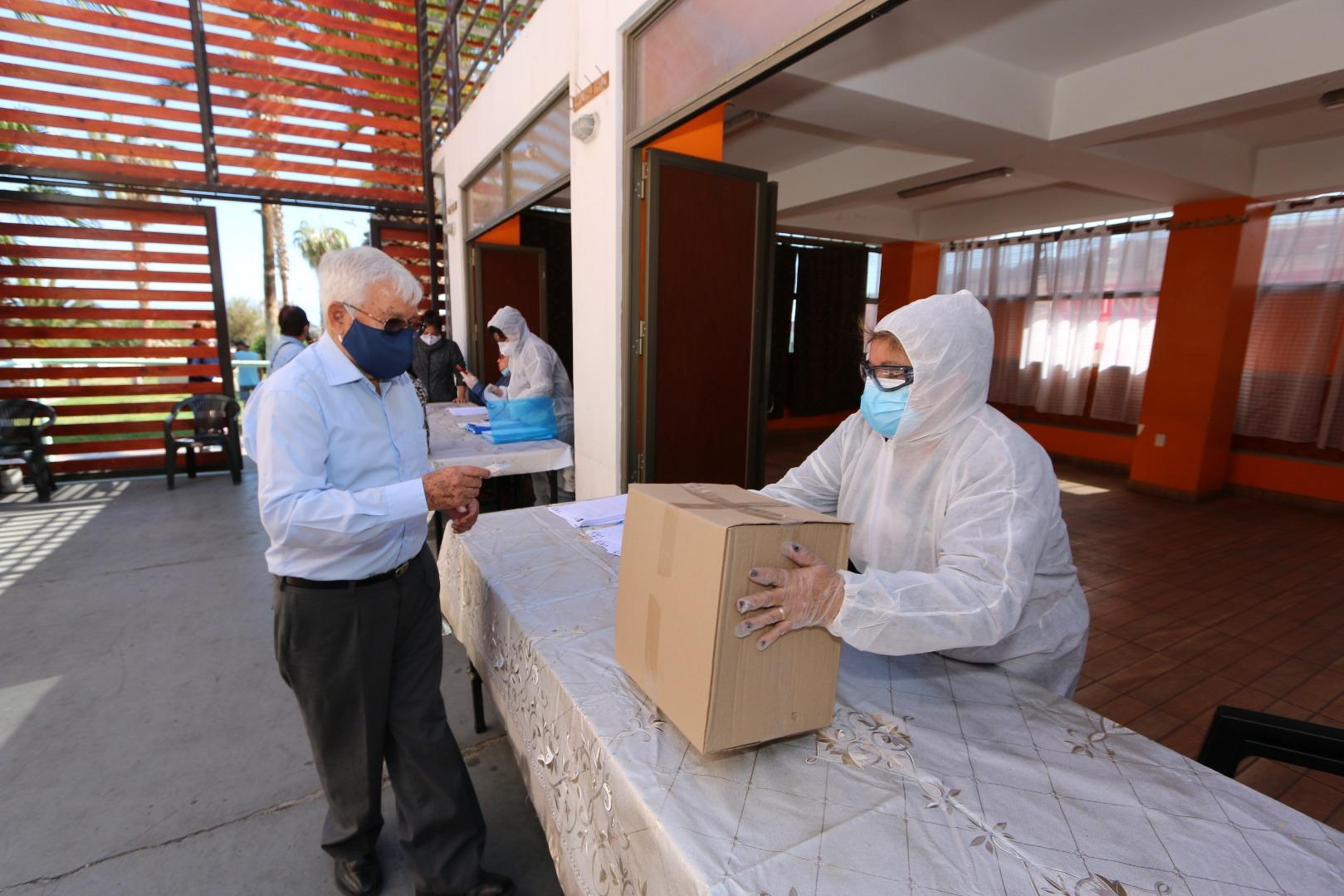 Entrega cajas de mercadería IMI